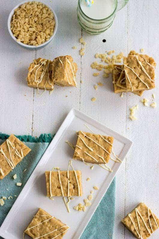 White Chocolate Almond Krispie Cookie Bars - Rice Krispie Treats and Sugar cookies combined! SO EASY | Food Faith Fitness| #cookie #recipe #ricekrispie