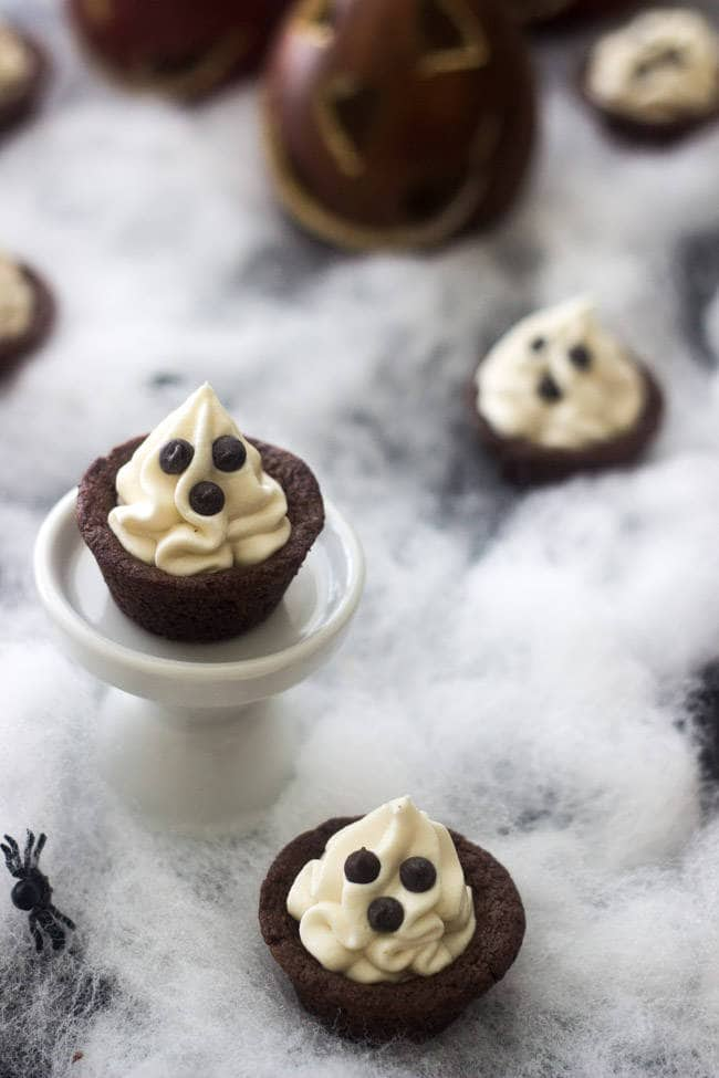 Spooky Chocolate Cookie Cups - SO easy, adorable and great for a #Halloween treat for kids! | Foodfaithfitness.com | #recipe #cookie #chocolate