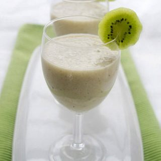 15 Healthy Smoothies and Juices to Energize Your New Year | Foodfaithfitness.com | #recipe
