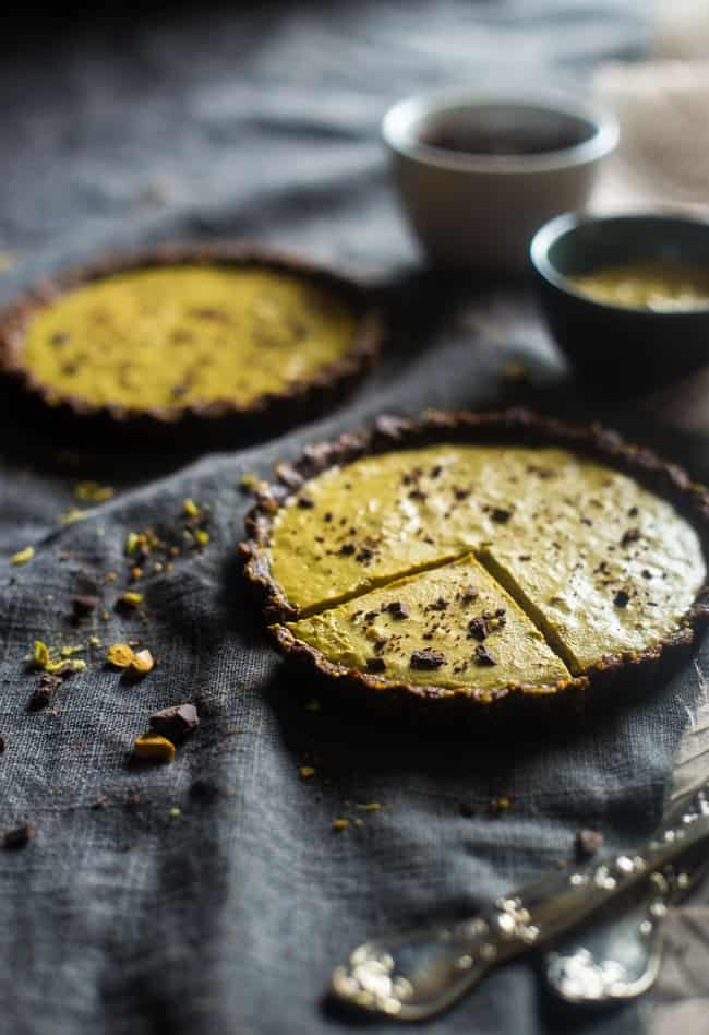 6 Ingredient Paleo and Vegan Raw Chocolate Pistachio Tarts - This vegan tart is made with only 6 ingredients! It's a healthy, gluten free and paleo dessert that is easy to make! Perfect for Christmas! | Foodfaithfitness.com | @FoodFaithFit