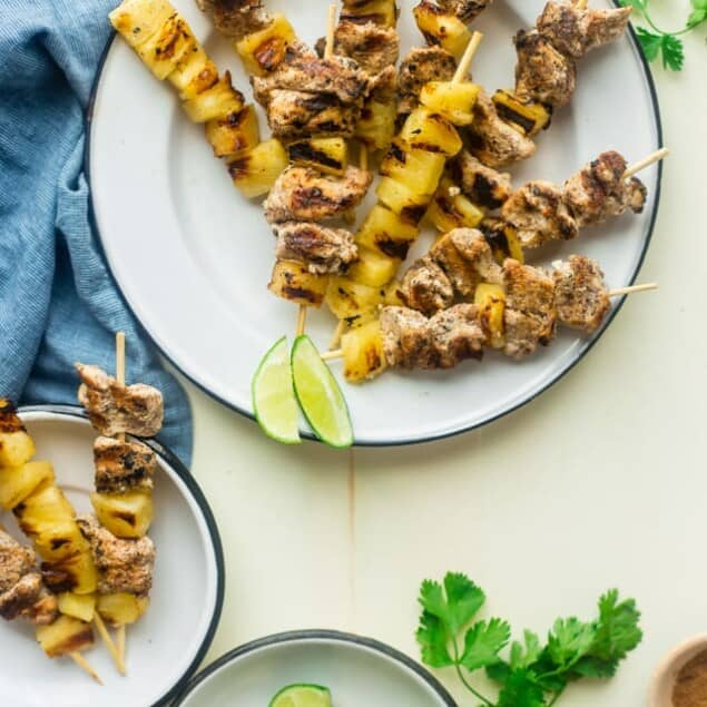 Whole30 Pineapple Jerk Chicken Kebabs - This easy jerk chicken recipe uses pineapple juice instead of sugar so it's Whole30 compliant and paleo friendly! It's a simple, flavorful weeknight meal that's perfect for the summer! | Foodfaithfitness.com | @FoodFaithFit
