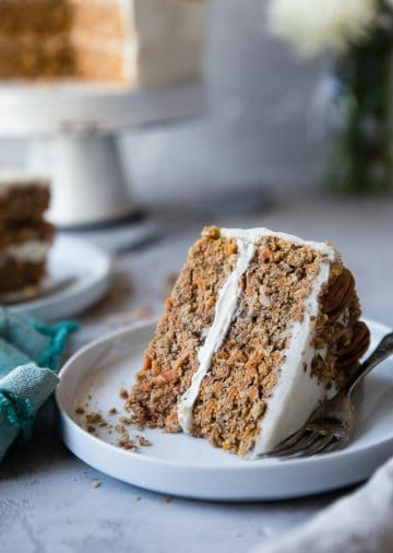 Low Carb Sugar Free Carrot Cake - this healthy, sugar free carrot cake isSO moist and tender, you'll never know it's gluten, oil and butter free, made with Greek yogurt, only 170 calories and 5 WW Freestyle points! Perfect for Easter! | #Foodfaithfitness | #Lowcarb #sugarfree #glutenfree #carrotcake #easter