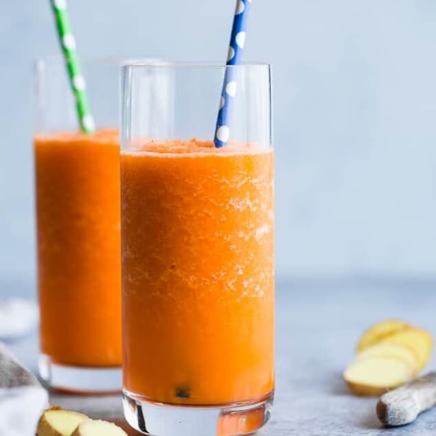 Orange Ginger Carrot Smoothie - Only 3 ingredients, 100 calories and SO refreshing! A paleo, vegan and whole30 quick breakfast or snack to get you through the day! | #Foodfaithfitness | #Glutenfree #vegan #healthy #paleo #whole30