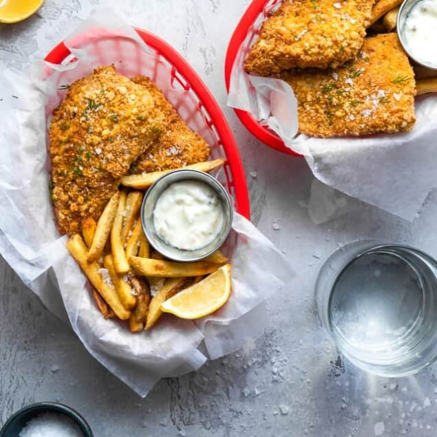 Crispy Air Fried Fish -  SO easy to make and you will never believe it's oil free! Serve it with a healthy Greek yogurt tartar sauce for a dinner that is only 200 calories, 2 Freestyle points and protein packed! | #Foodfaithfitness |  #Glutenfree #Healthy #Airfryer #Nutfree #WeightWatchers