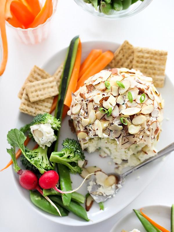 Зажглась зеленым луком и миндалем сыр мяч   foodiecrush.com