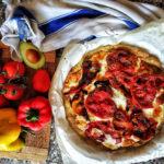 Pizza salata di avocado con verdure e formaggio