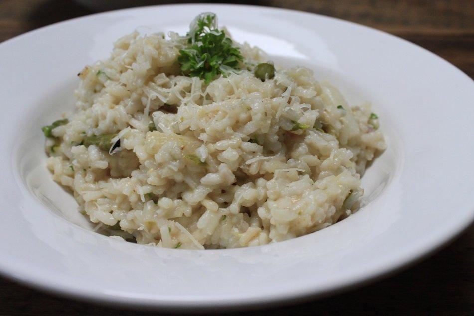 Lekkere asperges Risotto met witte en groene asperges recept foodblog Foodinista