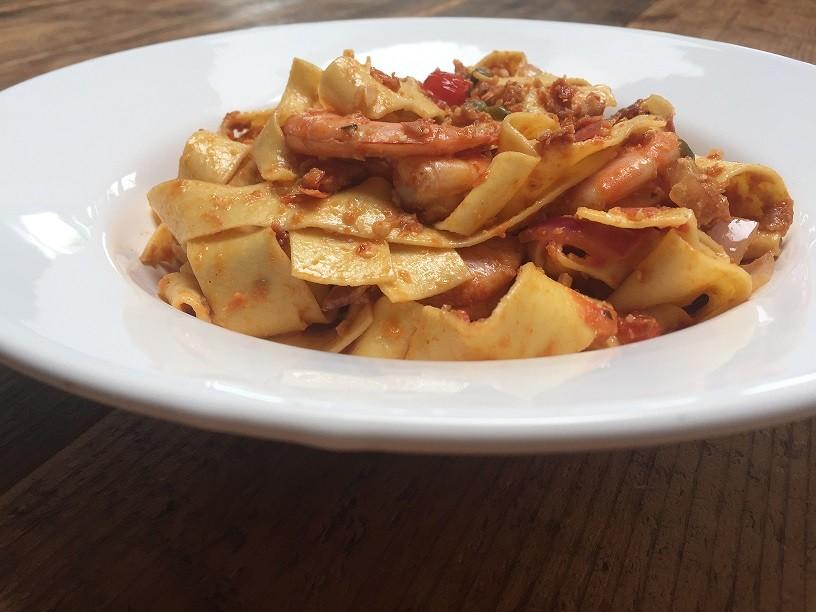 Snelle pasta rode pesto met scampi recept foodblog Foodinista