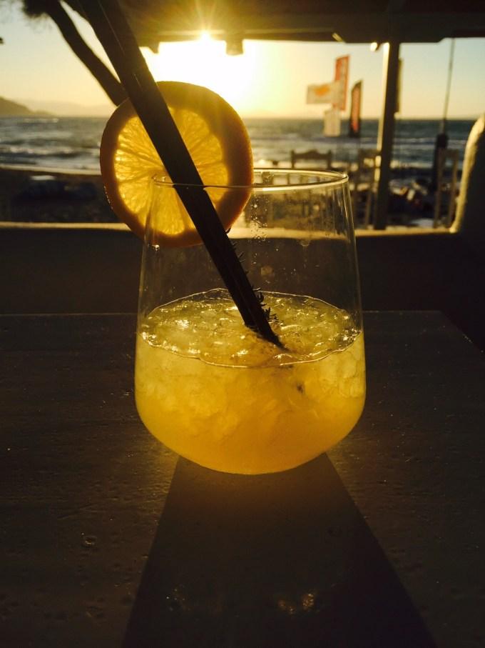 Cocktail op het strand in chora beach