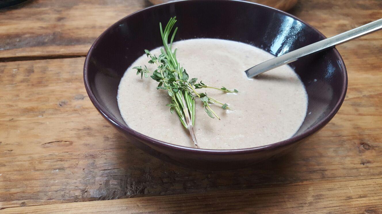 Pittige paddenstoelensoep recept van foodblog Foodinista met winactie kookboek Skinny Soep