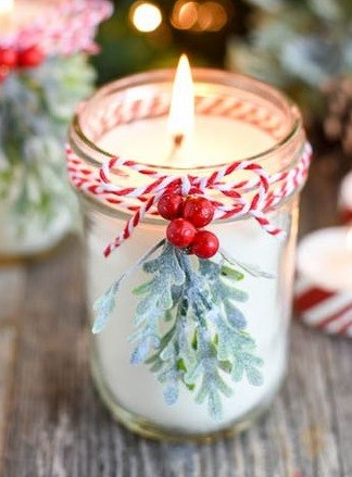 Kerstkaarsen op tafel