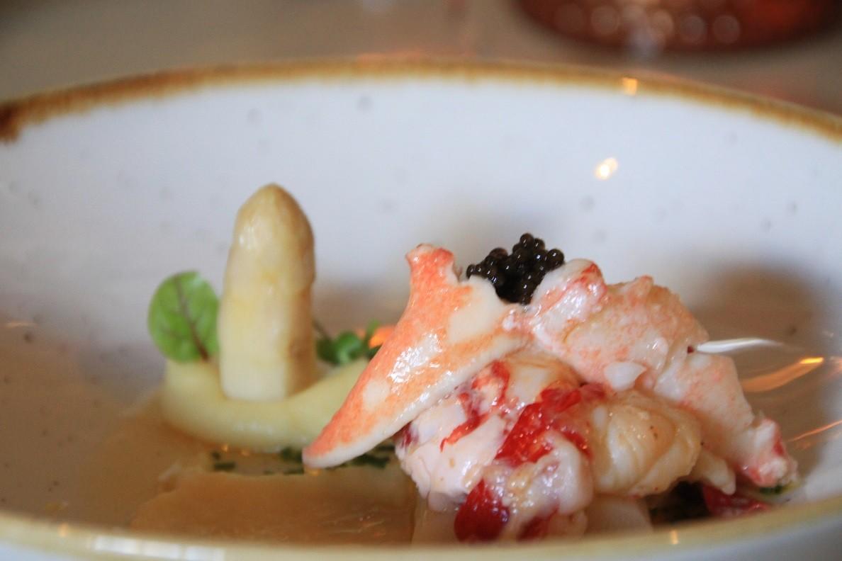 Oosterscheldekreeft asperge kaviaar en gerookte botersaus en pastinaak puree Restaurant Bij Kees Foodblog Foodinista
