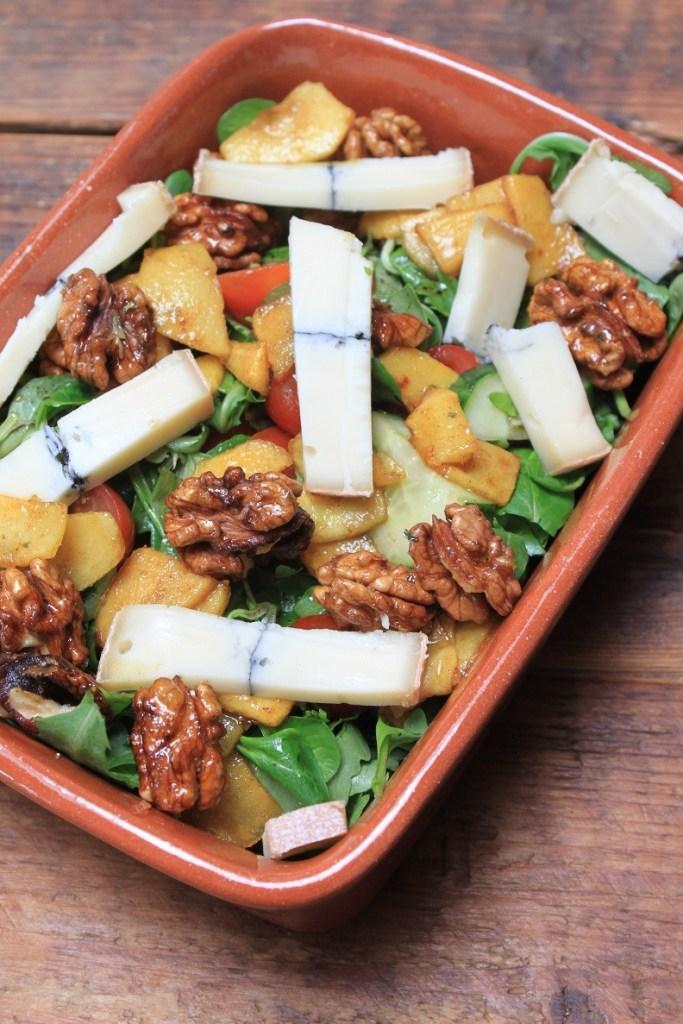Salade met warme appel en blauwaderkaas van Foodblog Foodinista