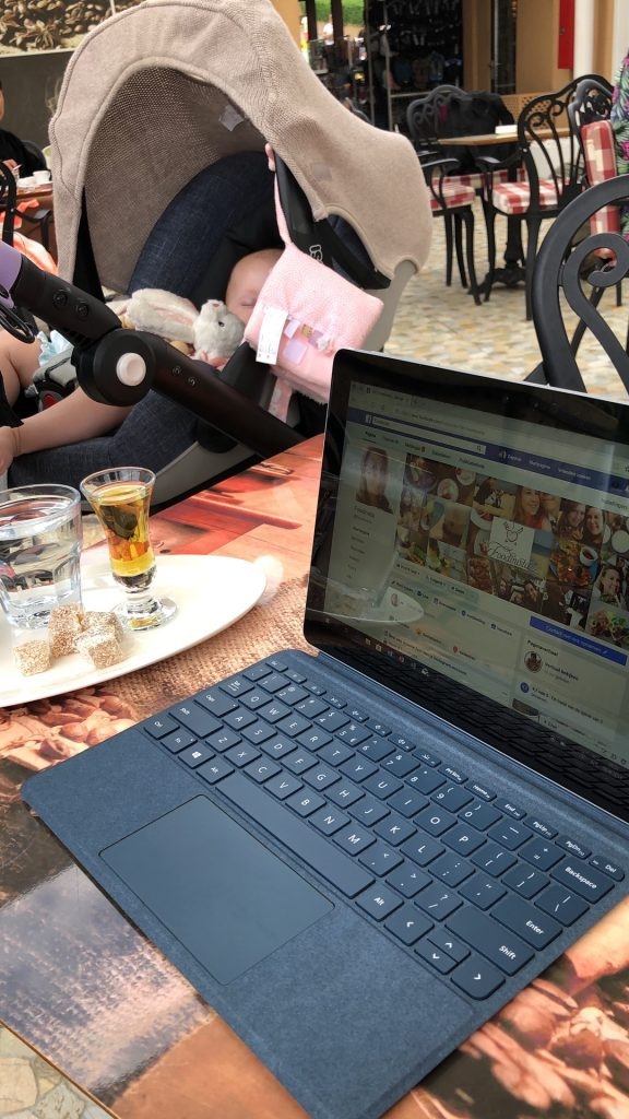Werken op de Suface Go en koffie drinken op tips Foodblog Foodinista