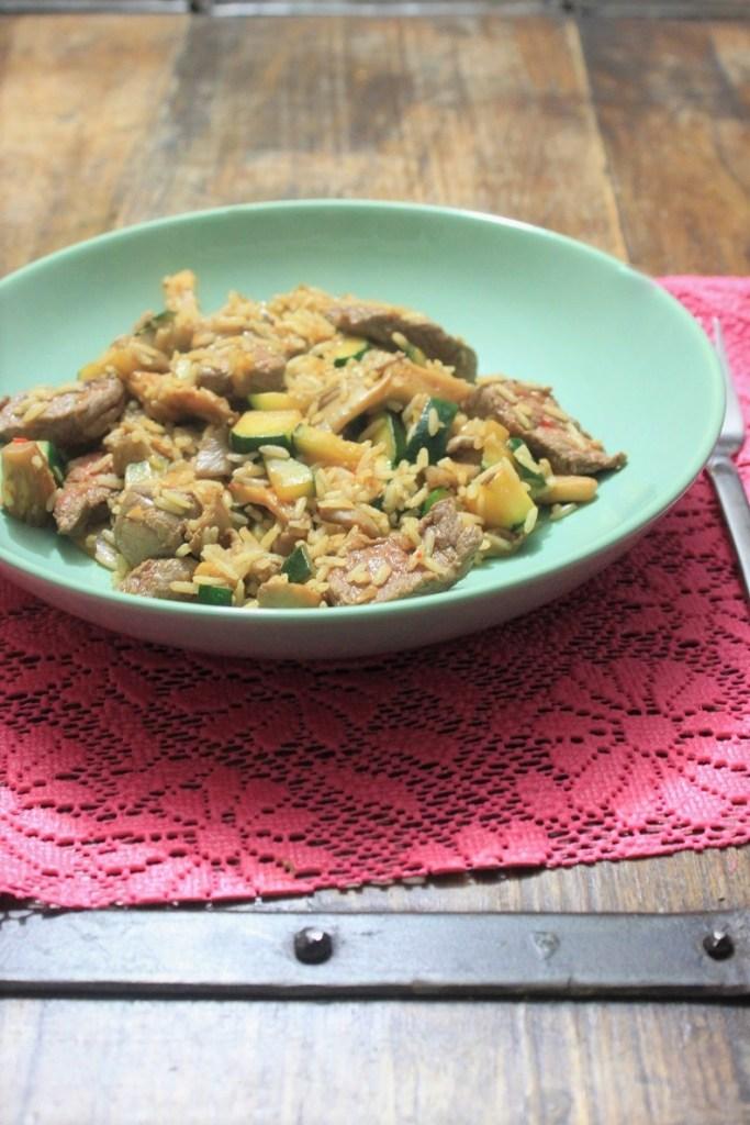 Gebakken rijst met biefstukreepjes courgette en champignons recept van Foodblog Foodinista