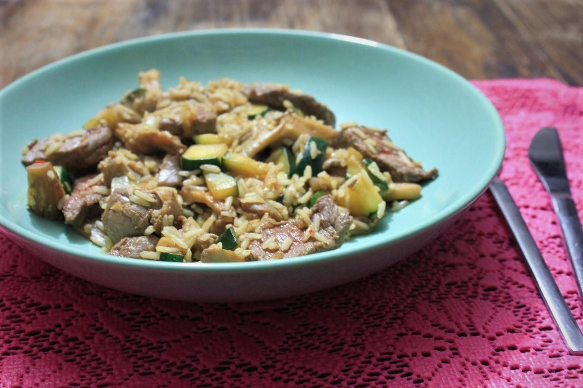 Gebakken rijst met biefstukpuntjes courgette en champignons recept van Foodblog Foodinista
