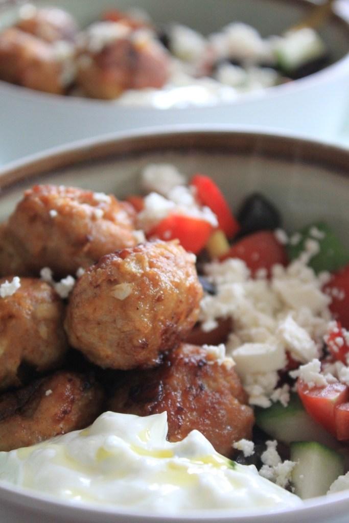 Griekse pokebowl met kip gehaktballetjes, feta en knoflookyoghurt recept van Foodblog Foodinista