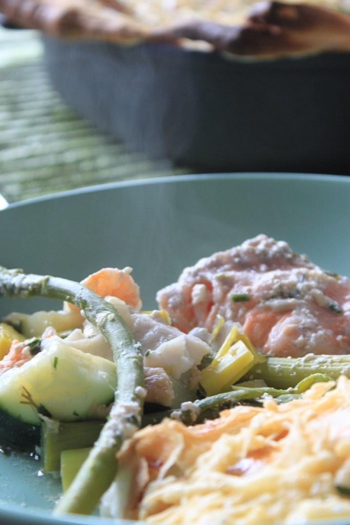 Recept Gegratineerd Vispannetje met drie soorten vis en groene asperges onder bladerdeeg in de BK Vispan van Foodblog Foodinista