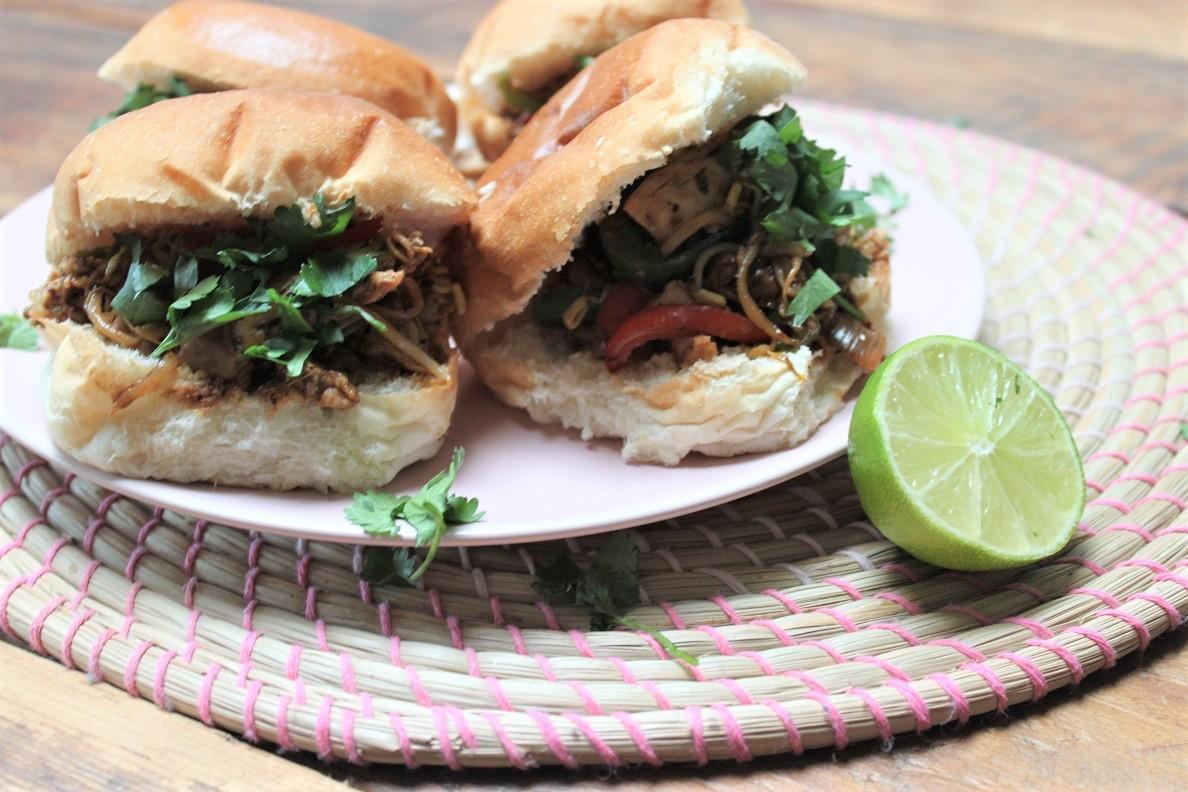 Broodje Pulled Chicken recept van Foodblog Foodinista met Aziatische saus
