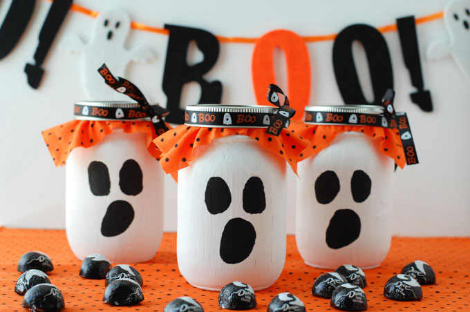 This mason jar ghost candy gift is the perfect Halloween treat for friends and family.