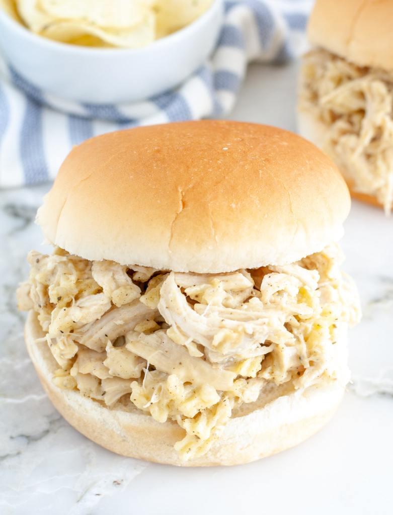 Hamburger ekmeği üzerinde tavuk.