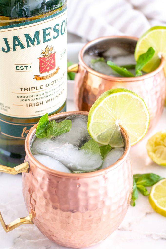 2 bakır bardak ile Jameson şişesi.