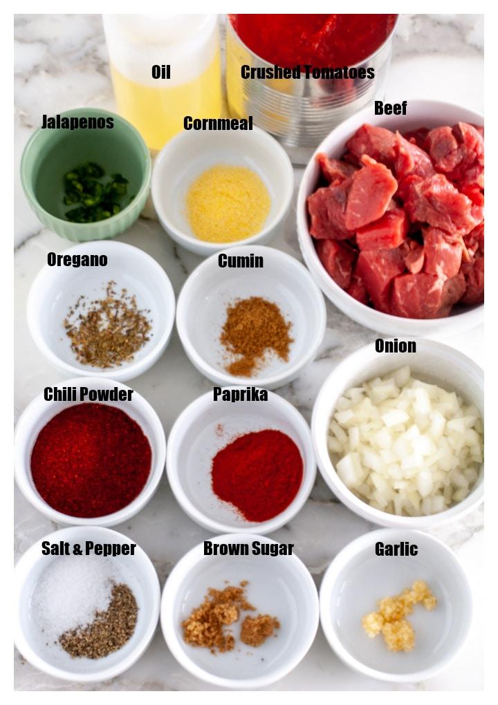 Baharat, et, soğan, sarımsak ve domatesli kaseler.