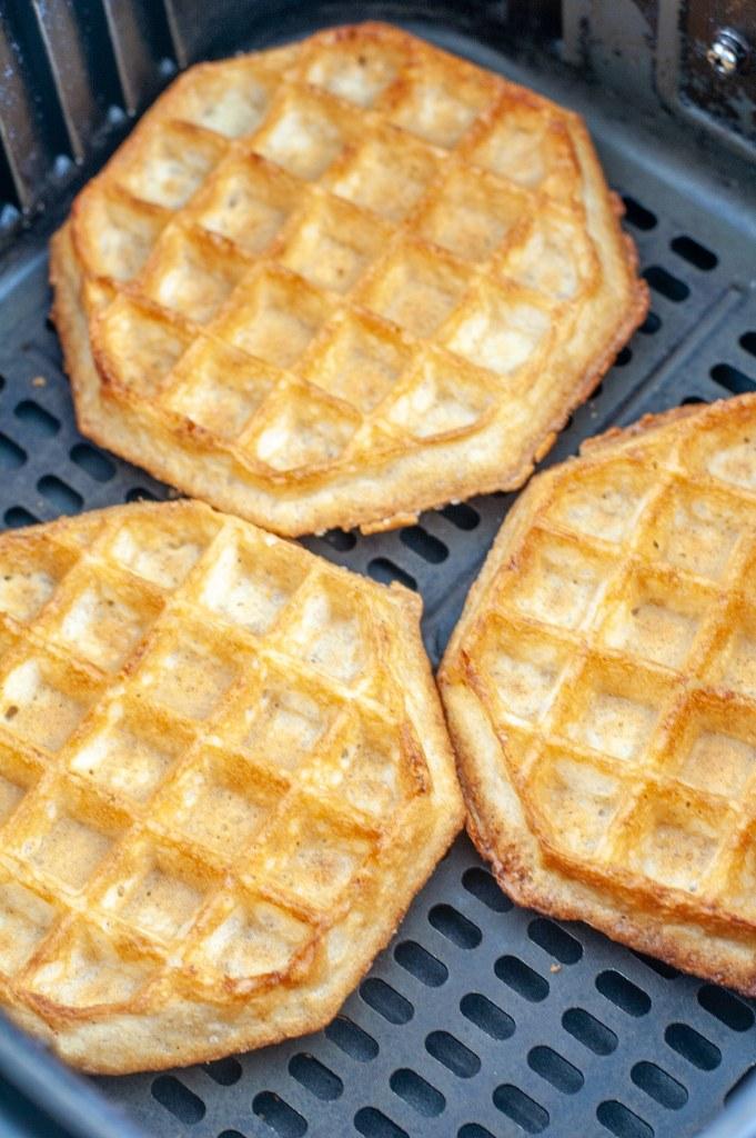 Hava fritöz sepetinde pişirilmiş waffle.