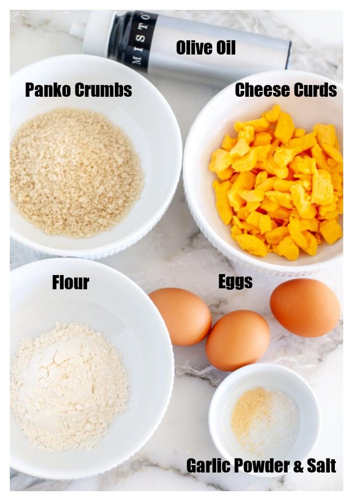 Kase peynirli lor, panko, un, yumurta ve sarımsak tozu.