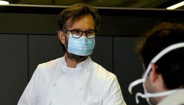 Carlo Cracco cucina per gli operai del nuovo ospedale di Milano