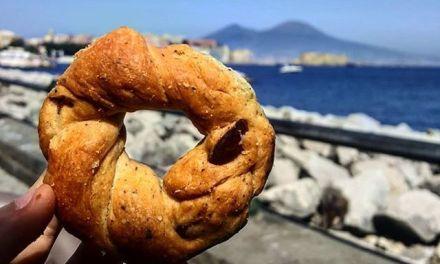 La storia del tarallo 'nzogna e pepe a Napoli: quando si dice…il buono con poco!