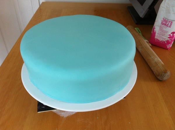 Icing a Wedding Cake at Home