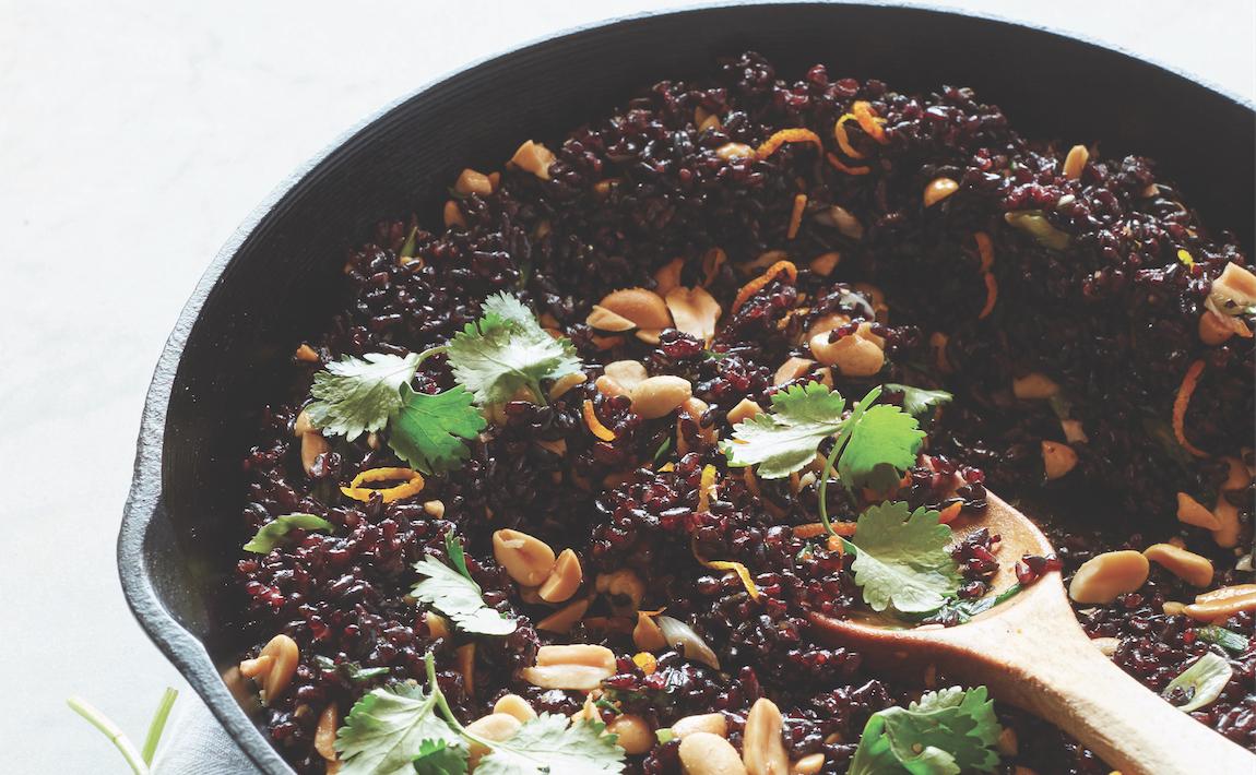 Cơm chiên gạo lứt đen với đậu phộng