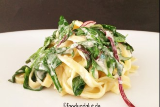 Tagliatelle mit Gorgonzola, Spinat und rotem Mangold. Ein schnelles und einfaches Pasta-Gericht