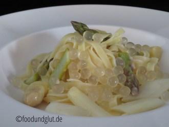 Spargel-Pasta mit Weißwein und Spargelperlen