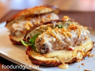 Hamdog mit Chili-Käse-Sauce