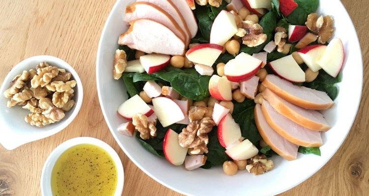 Salade met gerookte kip, spinazie en kikkererwten