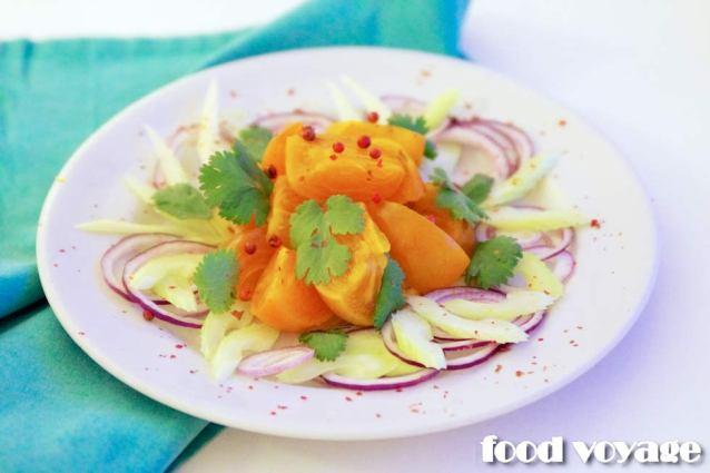 Салат с хурмой, красным луком,  сельдереем и розовым перцем