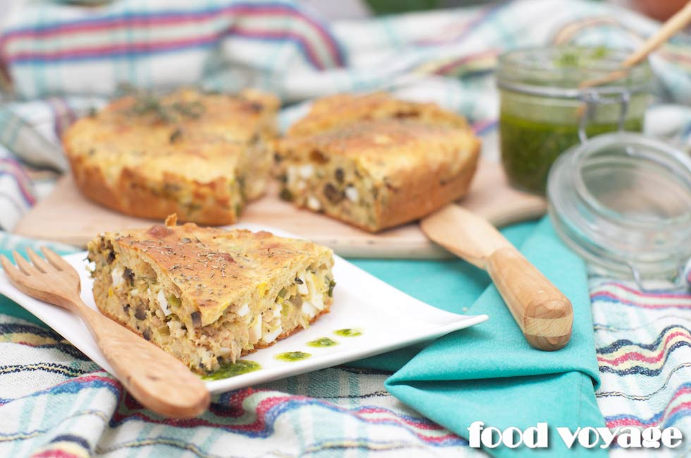 Пирог с тунцом, яйцом и зелёным луком