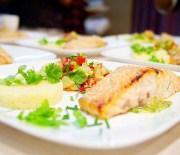 Запеченый лосось с кускусом и сальсой