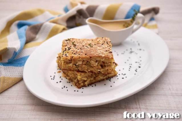 Быстрый пирог с курицей и грибным соусом
