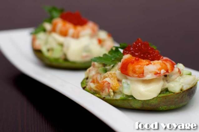 «Лодочка» из печенного авокадо с салатом из креветок