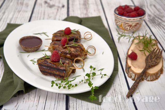 Шашлык из печени в сальнике с соусом малиновое вино