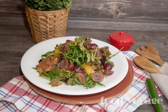 Салат с  жаренным сулугуни, заправленный ореховым соусом