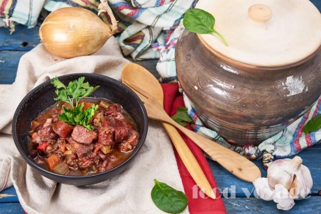 Томлёная свинина  с фасолью  и охотничьими  колбасками