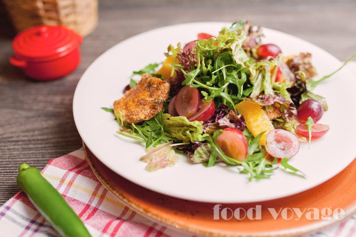 Салат с жареным сыром сулугуни
