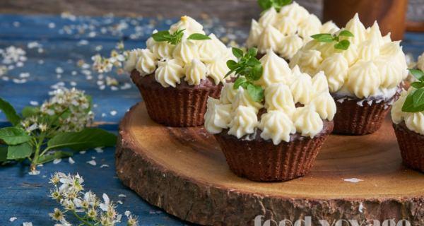 Черемуховые кексы с шапочками из творожного крема