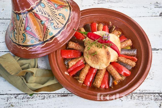 Чевапчичи с овощами запечёные в тажине