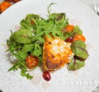 Салат с жареным сулугуни и соусом баже