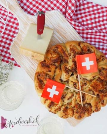 1. August Älpler Zupfbrot mit Cervelat und Gruyere / Greyerzer Käse